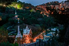 Opinión sobre el parque Guell de la colina en la noche fotos de archivo