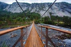 Opinión sobre el puente de cuerda de madera en paisaje hermoso de la montaña Imágenes de archivo libres de regalías
