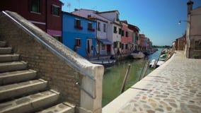 Opinión sobre el puente del ladrillo y casas multicoloras hermosas en Burano, arquitectura metrajes