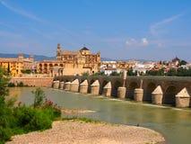 Opinión sobre el puente romano en Córdoba imagen de archivo