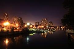 Opinión sobre el puerto de Chicago en la noche con los muelles y los barcos Imagen de archivo libre de regalías
