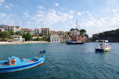 Opinión sobre el puerto y la playa de Assos romántico, Kefalonia, Grecia Imagen de archivo