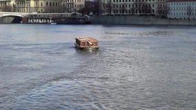 Opinión sobre el río de Moldava y el centro histórico de Praga, de edificios y de señales de la ciudad vieja, Praga, República Ch metrajes