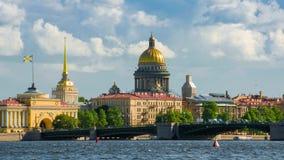 Opinión sobre el río de Neva y la catedral del St Isaac St Petersburg almacen de video