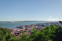 Opinión sobre el 25to monumento de April Bridge, del río Tagus y de Cristo Rei Imagenes de archivo
