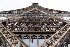 Opinión sobre el top de la torre Eiffel Imagenes de archivo