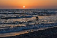 Opinión sobre el trípode y la playa tropical en puesta del sol Fotografía de archivo libre de regalías