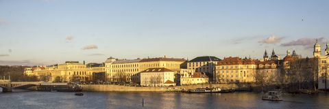 Opinión sobre el viejo centro de Praque, capital de la República Checa con el río Moldau en el primero plano imagen de archivo libre de regalías