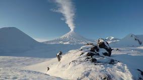 Opinión sobre el volcán de Klyuchevskoy de la erupción - volcán activo de Kamchatka almacen de metraje de vídeo