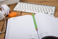 Opinión sobre espacio de trabajo de la mesa del estudiante universitario Imágenes de archivo libres de regalías