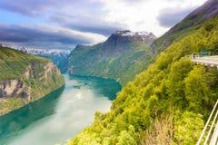 Opinión sobre Geirangerfjord del punto de vista Noruega de Flydasjuvet imagenes de archivo