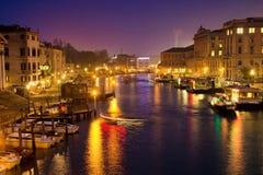 Opinión sobre Grand Canal del puente en la oscuridad, Venecia, Italia de Rialto Imágenes de archivo libres de regalías