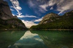 Opinión sobre Hinterer Gosausee debajo de Dachstein con el cielo azul profundo y reflexión perfecta en el agua cerca de Salzburg fotos de archivo