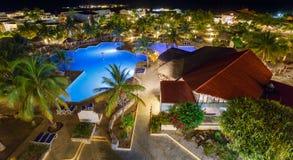 Opinión sobre hotel y piscina en la noche foto de archivo libre de regalías