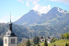 Opinión sobre iglesia cerca del castillo del gruyere, Suiza Imágenes de archivo libres de regalías