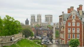 Opinión sobre iglesia de monasterio de la pared de la fortaleza en York, Reino Unido Imagenes de archivo