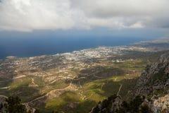 Opinión sobre Kyrenia de St Hilarion Castle en Kyrenia, Chipre del norte Foto de archivo libre de regalías
