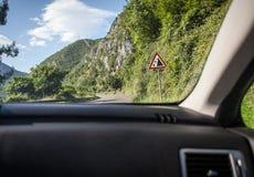 Opinión sobre la advertencia de la muestra del derrumbamiento en el camino desde adentro del coche Fotos de archivo
