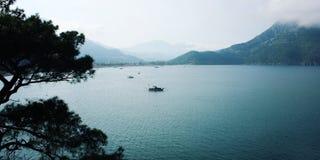 Opinión sobre la bahía de Adrasan Barco turístico en el mar Foto envejecida Fotografía de archivo libre de regalías
