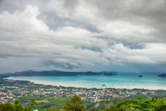 Opinión sobre la bahía del mar de Andaman cerca de la isla de Phuket en Tailandia Imagenes de archivo