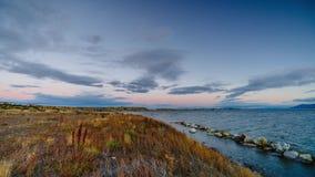 Opinión sobre la bahía durante puesta del sol en Puerto Natales Otoño en la Patagonia, el lado de Chile almacen de metraje de vídeo