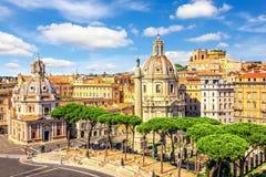 Opinión sobre la basílica Ulpia, Roma Fora, columna del ` s de Trajan y Santa Maria di Loreto de Vittoriano fotos de archivo