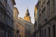 Opinión sobre la calle de Bracka y el ayuntamiento en el fondo, Kraków, Polonia Imagen de archivo