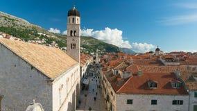 Opinión sobre la calle de las paredes de la ciudad de Dubrovnik, Croacia de Stradun almacen de metraje de vídeo