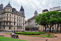 Opinión sobre la calle del cuadrado de Plaza de Mayo en Buenos Aires Fotografía de archivo libre de regalías