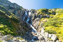 Opinión sobre la cascada más grande Siklawa de las montañas de Tatra, Polonia Fotos de archivo