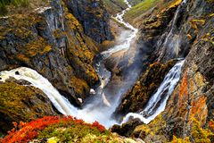Opinión sobre la cascada y los acantilados de Voringfossen del top Fotos de archivo