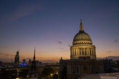 Opinión sobre la catedral de San Pablo en la oscuridad Imagenes de archivo