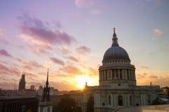 Opinión sobre la catedral de San Pablo en la puesta del sol Imagen de archivo libre de regalías