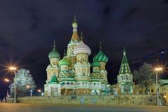 Opinión sobre la catedral iluminada de Vasily bendecido en Moscú, Rusia, en la Plaza Roja cerca del Kremlin en la noche fotos de archivo
