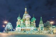 Opinión sobre la catedral iluminada de Vasily bendecido en Moscú, Rusia, en la Plaza Roja cerca del Kremlin fotografía de archivo libre de regalías
