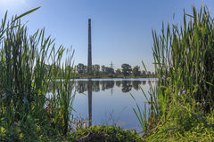 Opinión sobre la chimenea industrial de la central térmico  Imagen de archivo