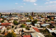Opinión sobre la ciudad de Gyumri, Armenia con la bóveda de la iglesia contra el contexto de las montañas fotografía de archivo