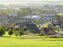 Opinión sobre la ciudad de Novy Jicin (República Checa) en la neblina - niebla durante s Foto de archivo libre de regalías
