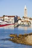 Opinión sobre la ciudad de Rab en Croacia imagen de archivo libre de regalías