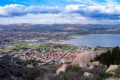 Opinión sobre la ciudad del lago Elsinore, California meridional los E.E.U.U. fotografía de archivo libre de regalías