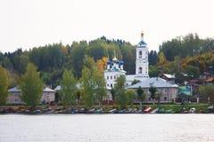 Opinión sobre la ciudad histórica rusa Plyos en el río Volga del barco de cruceros móvil en la puesta del sol fotos de archivo libres de regalías