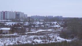 Opinión sobre la ciudad rusa provincial situada en el río Volga existencias Vista de la ciudad provincial almacen de video