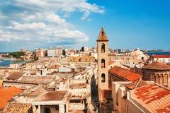 Opinión sobre la ciudad vieja de Nápoles bajo el cielo azul Imágenes de archivo libres de regalías
