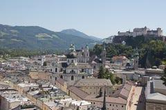 Opinión sobre la ciudad vieja de Salzburg y de la fortaleza Foto de archivo