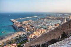 Opinión sobre la ciudad y el puerto viejos de Alicante del castillo Santa Barbara, verano España Imagenes de archivo