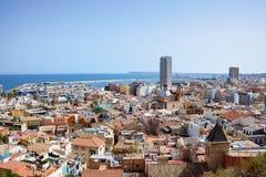 Opinión sobre la ciudad y el puerto viejos de Alicante del castillo Santa Barbara, verano España Foto de archivo