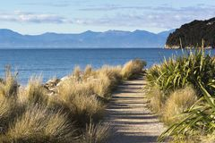 Opinión sobre la costa costa hermosa de Marahau, isla del sur, Nueva Zelanda Marahau es la entrada del este a Abel Tasman Nationa imágenes de archivo libres de regalías