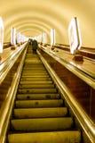 Opinión sobre la escalera móvil en un metro Levantar la escalera Foto de archivo libre de regalías