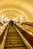 Opinión sobre la escalera móvil en un metro Levantar la escalera Foto de archivo