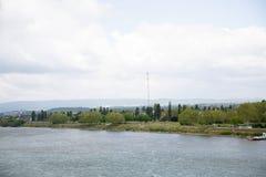 Opinión sobre la estructura en el riverbank y el cielo nublado en Maguncia Alemania fotografía de archivo